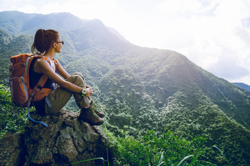 Poster Ontspanning Young woman backpacker enjoy the view at mountain peak