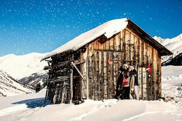 Zu Weihnachten in der romantischen Hütte in den Bergen Liebe