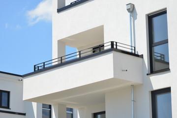 Moderne Betonbalkone und Attika-Schutzbleche an Neubau-Hausfront