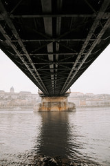 Debajo del puente, foto arquitectónica sobre el río.