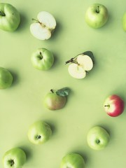 Fototapete - green apples on a green background flat layout top view. Fruits pattern.