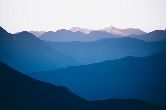 Bergkette in Österreich mit Alpenglühen zum Sonnenaufgang