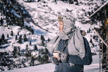 Abenteurer in den Bergen mit Tasse und Tee