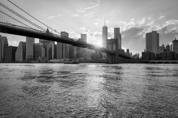 Fotomurales - Brooklyn Bridge and skyline of Manhattan in black and white, New York City, USA