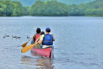 カヌーを楽しむファミリー
