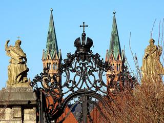 Das kunstvoll geschmiedede Oeggtor neben dem Flügeln der Residenz in Würzburg /Bayern/Franken, mit den Türmen des Würzburger Domes im Hintergrund