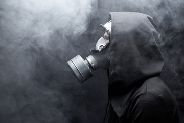 Photo sur Aluminium Hong-Kong A man in a gas mask in the abstract smoke. black background. Copy space.