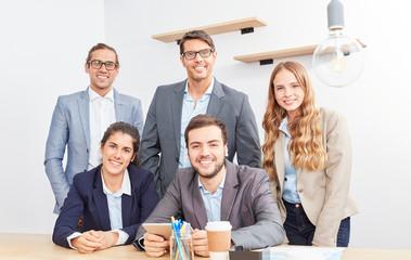 Geschäftsleute bilden eine Bürogemeinschaft