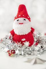 Weihnachtsmann, gestrickt mit silberner Dekoration