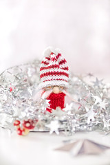 kleiner Wichtel mit Weihnachtsdekoration, silber, rot, weiß