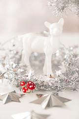 weißes Reh in silber-roter Weihnachtsdekoration