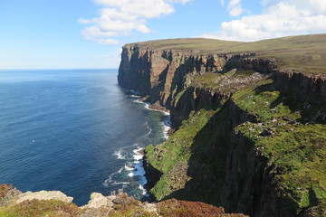 Die steilen Klippen von St.Johns Head am Old Man of Hoy