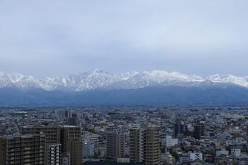 富山市と剣岳