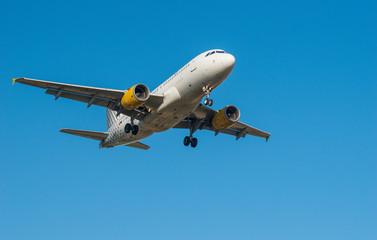 Avión aterrizando en el aeropuerto