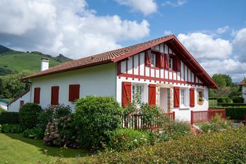 Village typique du Pays Basque - Espelette et piment rouge