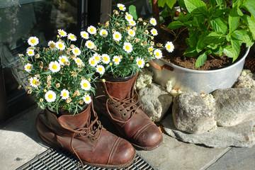 Alte Stiefel mit Blumen