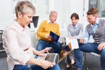 Frau als Senior mit Laptop Computer