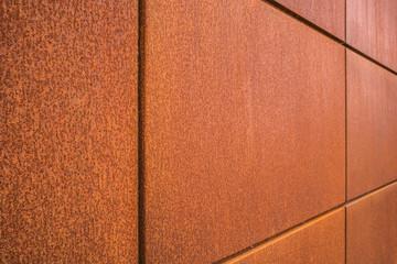 Hintergrund Fassadenplatten aus Eisenblech perspektivisch mit Rost im Industrie Stil - Background facade panels made of sheet iron in perspective with rust in industrial style