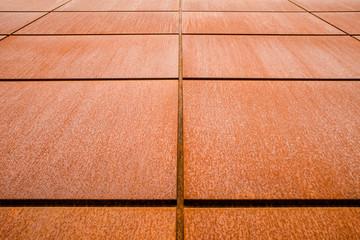Hintergrund Fassadenplatten aus Eisenblech in Froschperspektive mit Rost im Industrie Stil - Background Iron sheet facade panels in frog perspective with industrial style