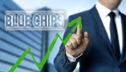 Blue Chips Konzept wird von Geschäftsmann gezeigt
