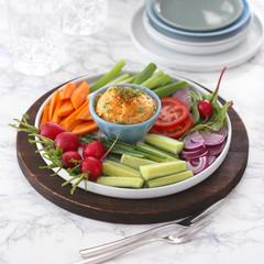Obatzda mit Karotten, Gurken und Radieschen