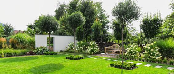 Photo sur Aluminium Jardin Piękny ogród z drewnianą ławką