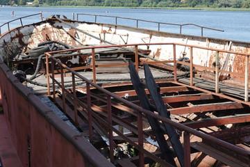 Wrack eines alten Bootes auf der Warnow in Rostock