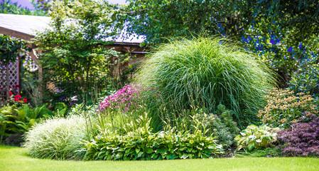 piękny ogród pełen kwiatów i zieleni,