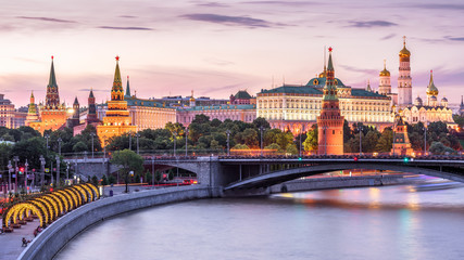 Fototapete - Moscow Kremlin at Moskva River, Russia. Scenery of the Moscow old city at night. Panoramic view of ancient Moscow Kremlin in summer evening. Beautiful cityscape of the famous Moscow center at dusk.