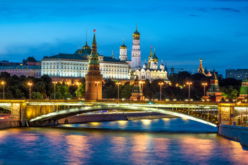 Fototapete - Moscow Kremlin at night, Russia. It is a top tourist attraction of Moscow. Beautiful view of the Moscow Kremlin and old bridge over Moskva River in summer evening. Famous Moscow landmark at dusk.