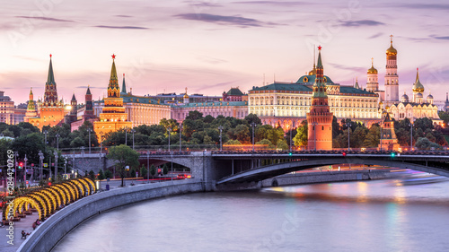Fototapete Moscow Kremlin at Moskva River, Russia. Scenery of the Moscow old city at night. Panoramic view of ancient Moscow Kremlin in summer evening. Beautiful cityscape of the famous Moscow center at dusk.