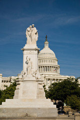Stores photo Commemoratif USA, Washington, D.C. The US Capital Building with a monument to honor navy sailors.