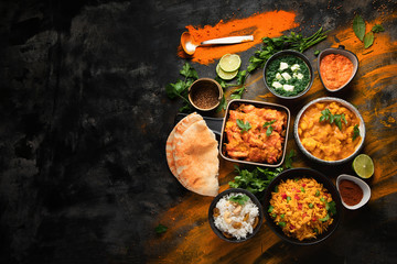 Nourriture Assorted indian food on black background..