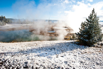 Autocollant pour porte Vieux rose USA, Wyoming, Yellowstone National Park. Winter arrives at West Thumb Geyser Basin