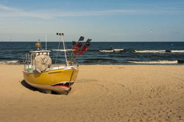 Kuter rybacki na bałtyckiej plaży