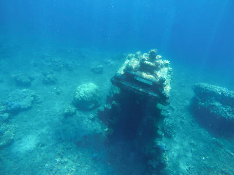 Underwater ruins of ancient temple building. Rays of light under water. Ocean discovery. Under water sea treasure. Sunken statue. Lost city of atlantis.