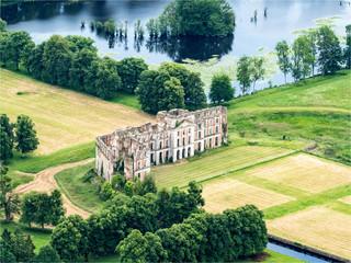 vue aérienne du château en ruines de La Ferté-Vidame dans l'Eure-et-Loir en France