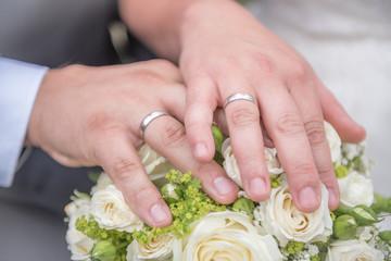 Eheschließung und weiße Rosen
