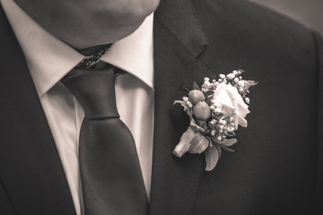 Bräutigam mit Ansteckblume, schwarzweiß