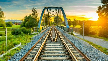 Tuinposter Spoorlijn Sonnenuntergang