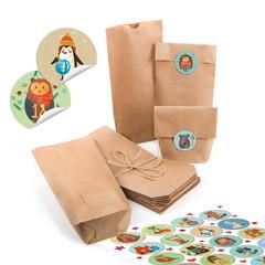 Adventskalender Papiertüten und Tiere Aufkleber bunt isoliert zum Basteln und Befüllen