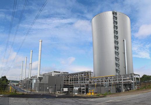 Modernes Gaskraftwerk mit großem Wärmespeicher
