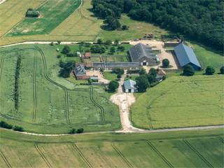 vue aérienne d'une ferme près de Dreux dans l'Eure-et-Loir en France