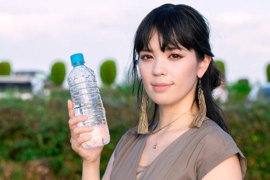 ペットボトルで水分補給する女性