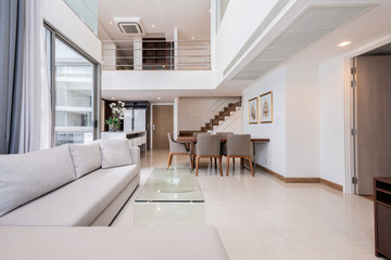 Beautiful and large living room interior with hardwood floors and vaulted ceiling in new luxury home. Fototapete
