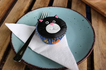 decorated black cat face cupcake