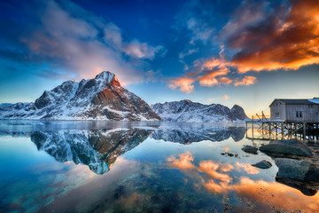 Beautiful sunrise in Norway - lofotens Fototapete