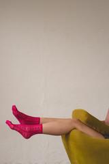 ピンクの靴下を履く女性