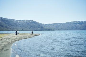 十和田湖のほとりで戯れる女性達