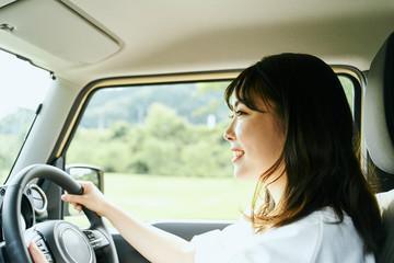ドライブする若い女性